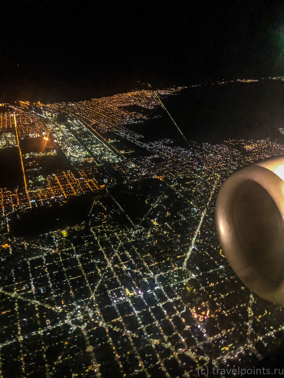 А так выглядит Буэнос Айрес ночью, когда приземляешься в аэропорту Хорхе Ньюбери