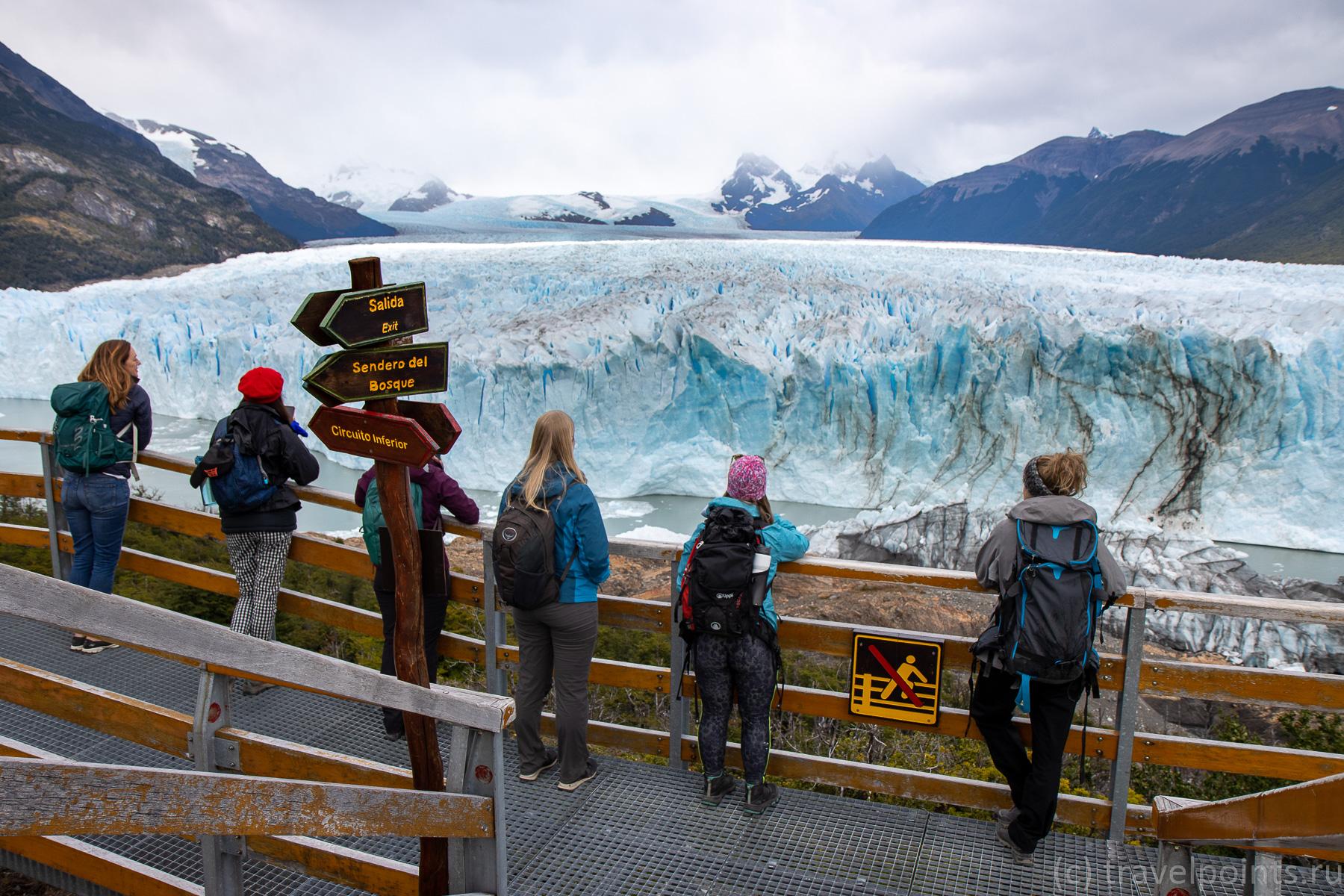 Туристы рассматривают ледник в течение четырех часов