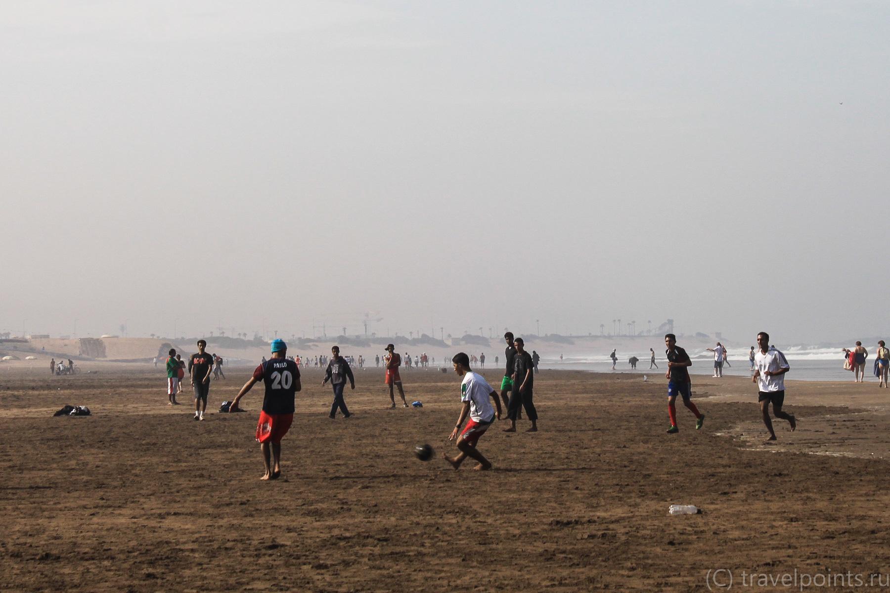 Футболисты на берегу океана в Касабланке