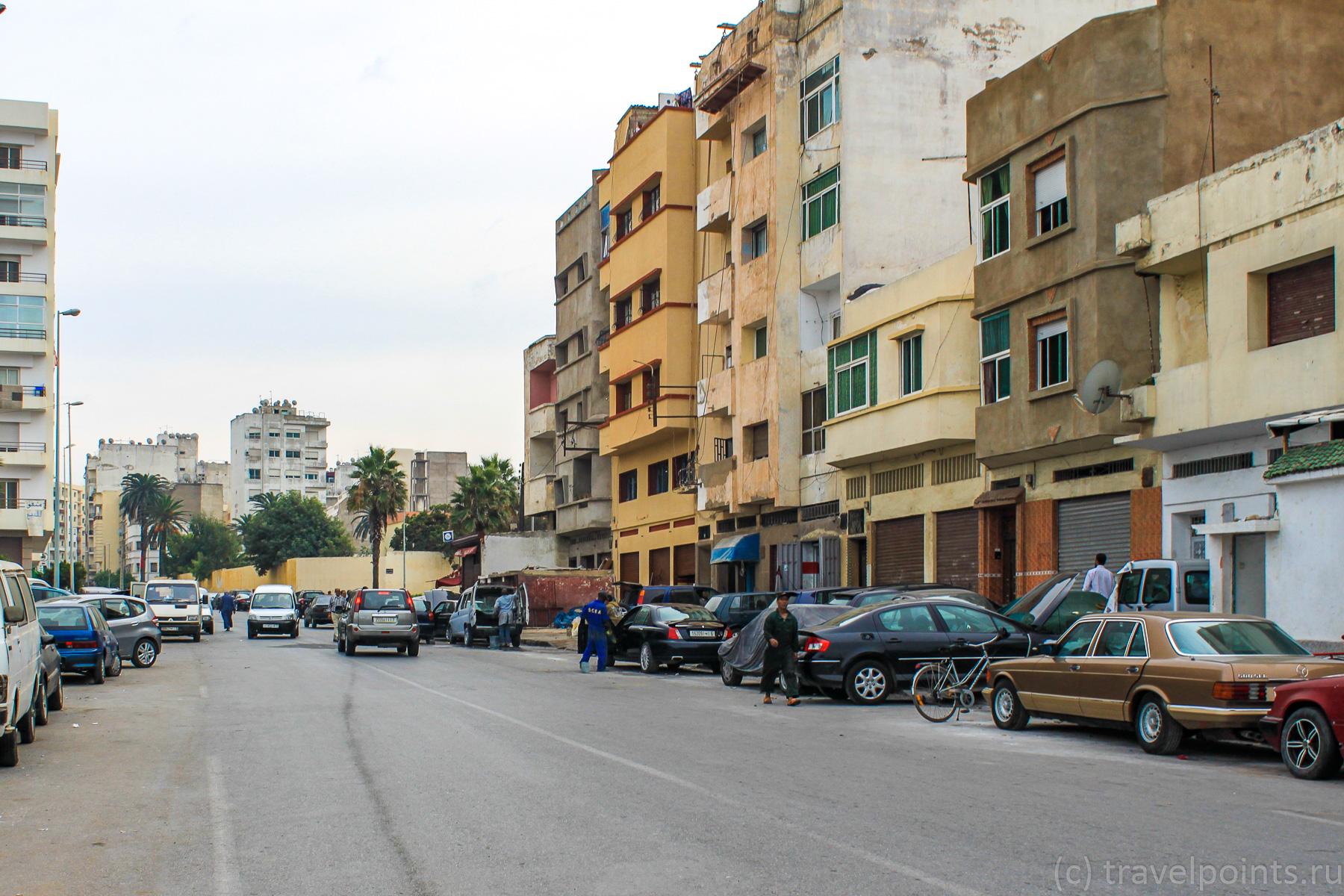 Улицы выглядят довольно обшарпанно