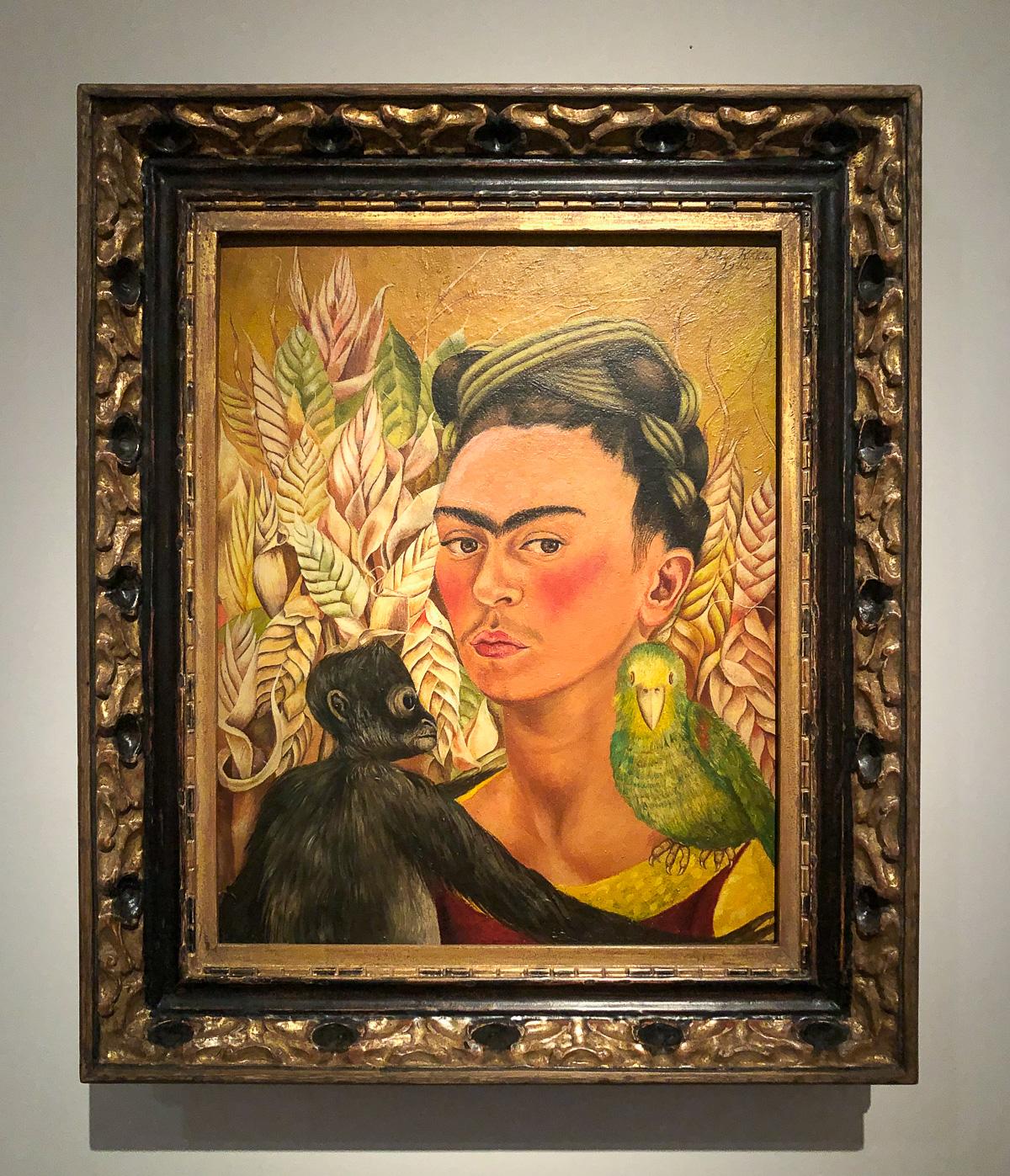 Фрида Кало. Автопортрет с обезьянкой и попугаем. 1942.