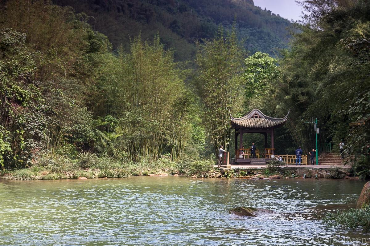 Беседка с троном на озере