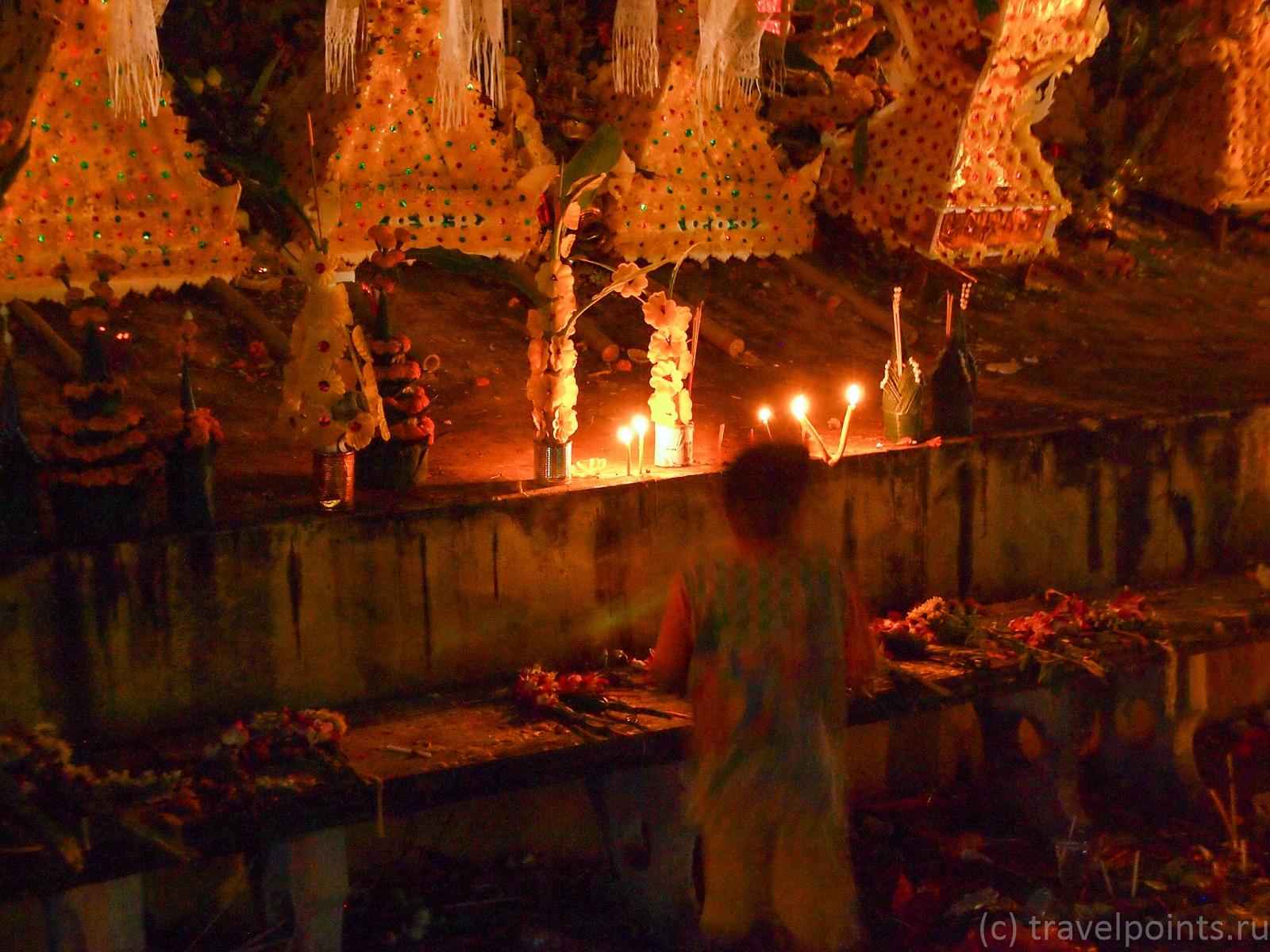 Ребенок у ступы смотрит на свечи