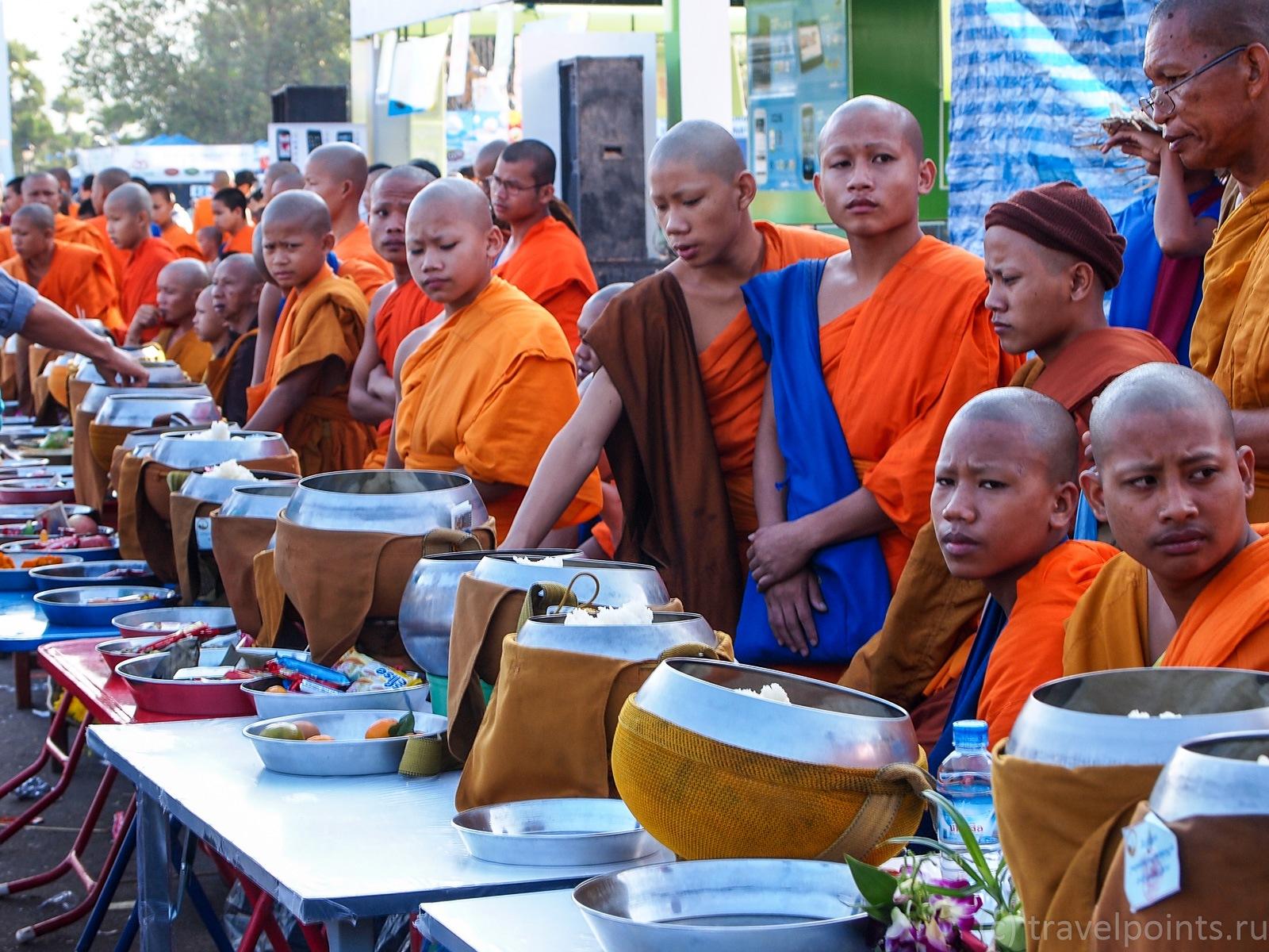 Монахи на Тат Луанге