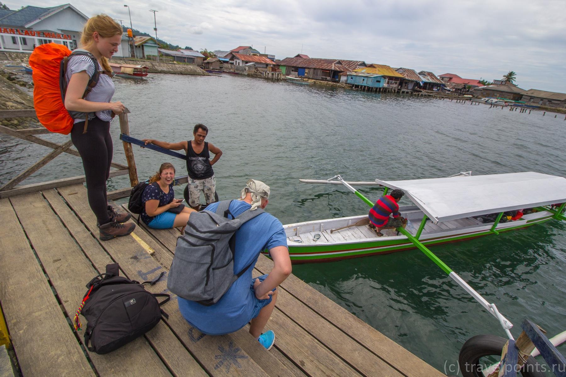 Грузимся на лодку в Вакаи