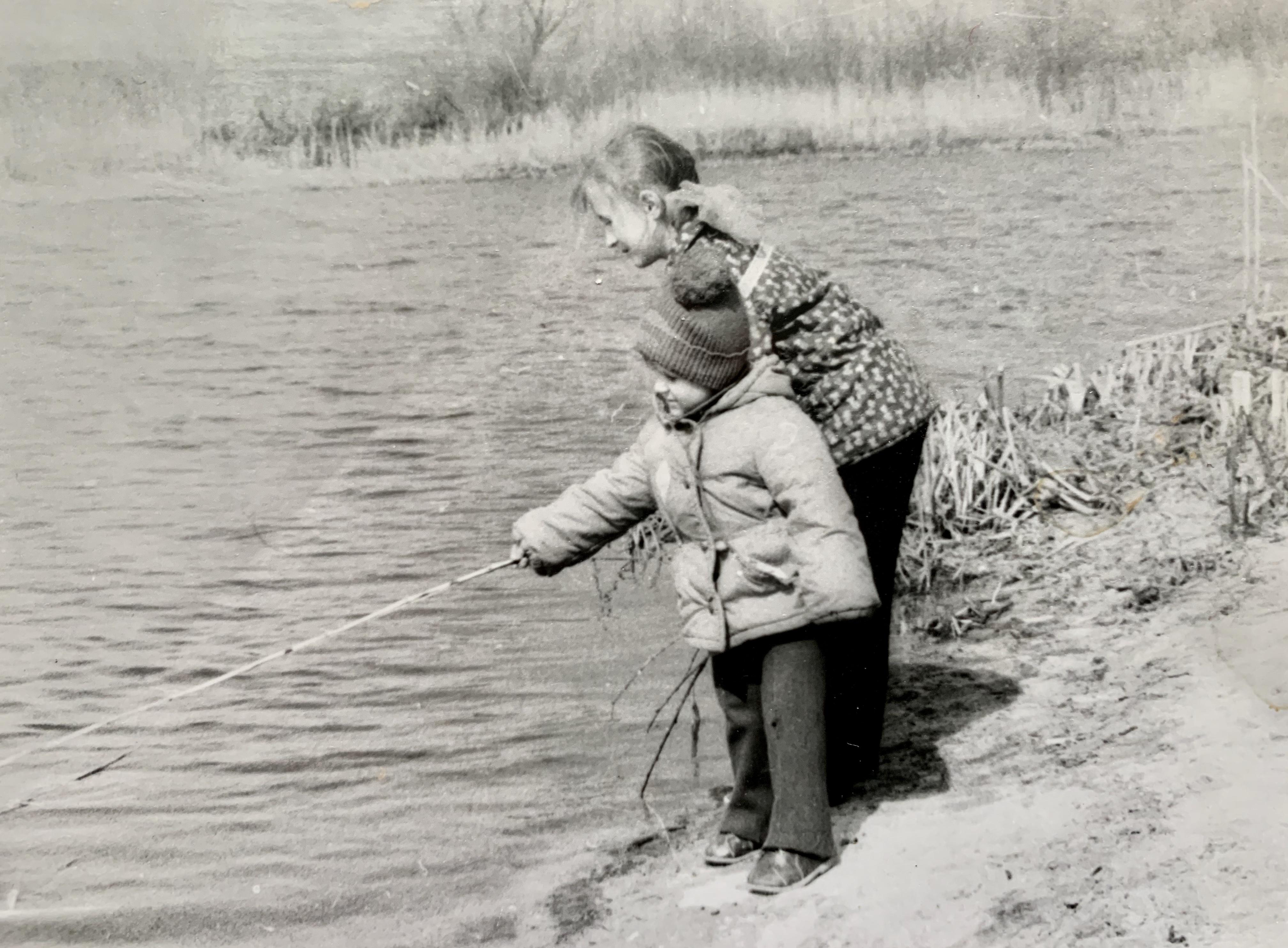 1989 год, кажется, я учу брата держать удочку, обоже! :)
